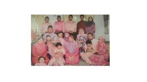 Dato Zainuddin bersama keluarga besarnya
