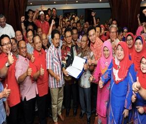 KUALA TEREGGANU, 9 Mac -- Menteri Besar Datuk Seri Ahmad Razif Abdul Rahman (tengah) dan sebahagian pemimpin Barisan Nasional (BN) negeri menunjukkan memorandum sokongan terhadap Perdana Menteri dan Menteri Besar Terengganu yang ditandatangani oleh pemimpin BN negeri selepas mengadakan perjumpaan dengan barisan pemimpin komponen BN malam ini.   -- fotoBERNAMA (2016) HAK CIPTA TERPELIHARA
