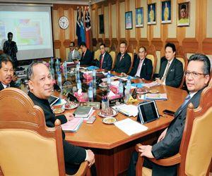 KUALA TERENGGANU, 27 April -- Menteri Besar Terengganu, Ahmad Razif Abdul Rahman (kanan) mempengerusikan mesyuarat Exco negeri di Wisma Darul Iman, Rabu. Pentadbiran kerajaan negeri berjalan seperti biasa di sebalik penarikan semula Bintang Kebesaran oleh Sultan Terengganu pada 22 April lalu. --fotoBERNAMA (2016) HAK CIPTA TERPELIHARA