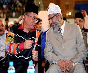 KUALA NERUS, 10 April -- Menteri Besar Datuk Seri Ahmad Razif Abdul Rahman (kiri) turut menghadiri majlis syarahan yang disampaikan oleh iIlmuwan Islam terkenal Dr Zakir Naik (kanan), bertajuk 'The Importance of Unity Among the Muslim Ummah'?? di Stadium Tertutup Gong Badak malam ini.?-- fotoBERNAMA (2016) HAK CIPTA TERPELIHARA