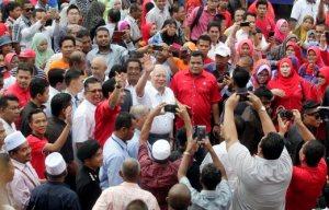 KUALA TERENGGANU 23 MAY 2016.   Perdana Menteri, Datuk Seri Najib Razak (tengah) diiringi Menteri Besar, Ahmad Razif Abd Rahman melambai tangan kepada peniaga  semasa membuat tinjauan mesra (Walkabout) di Pasar Besar Kedai Payang sempena lawatan kerja di negeri Terengganu.NSTP/IMRAN MAKHZAN.