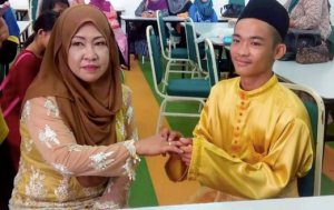 KUALA PENYU 26 AUGUST 2016. Gambar yang diviralkan dalam laman sosial kelihatan Mohd Sufie Matalin, 18, menyarungkan cincin ke jari manis Dayang Sopiah Gusti, 42, selepas selesai majlis akad nikah mereka di Masjid Daerah Beaufort, selasa lalu. NSTP/EMAIL